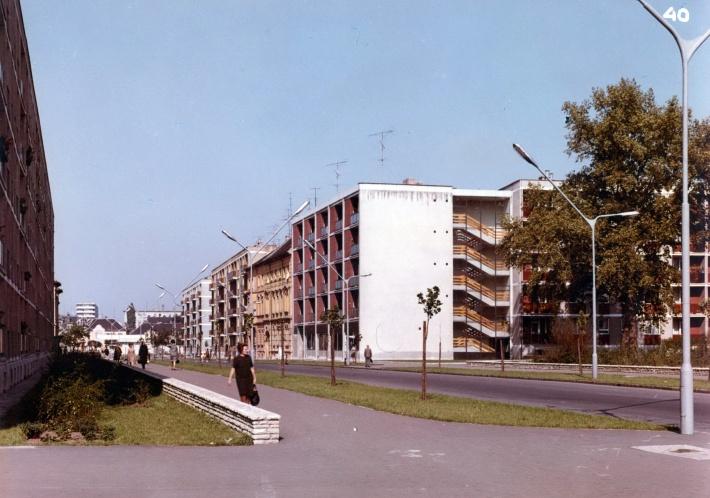 Az utca beépítése. Előtérben a platánfa és a Lang János egyedi tervezésű épülete. (forrás: Fátay)