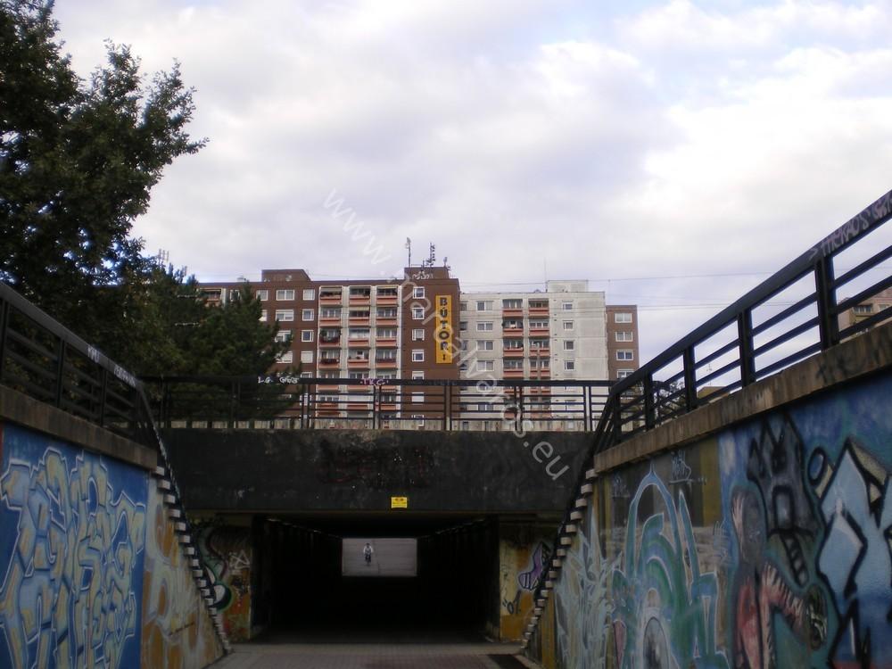 A két lakóteleprészt összekötő aluljáró. (forrás: marcalvaros.eu)