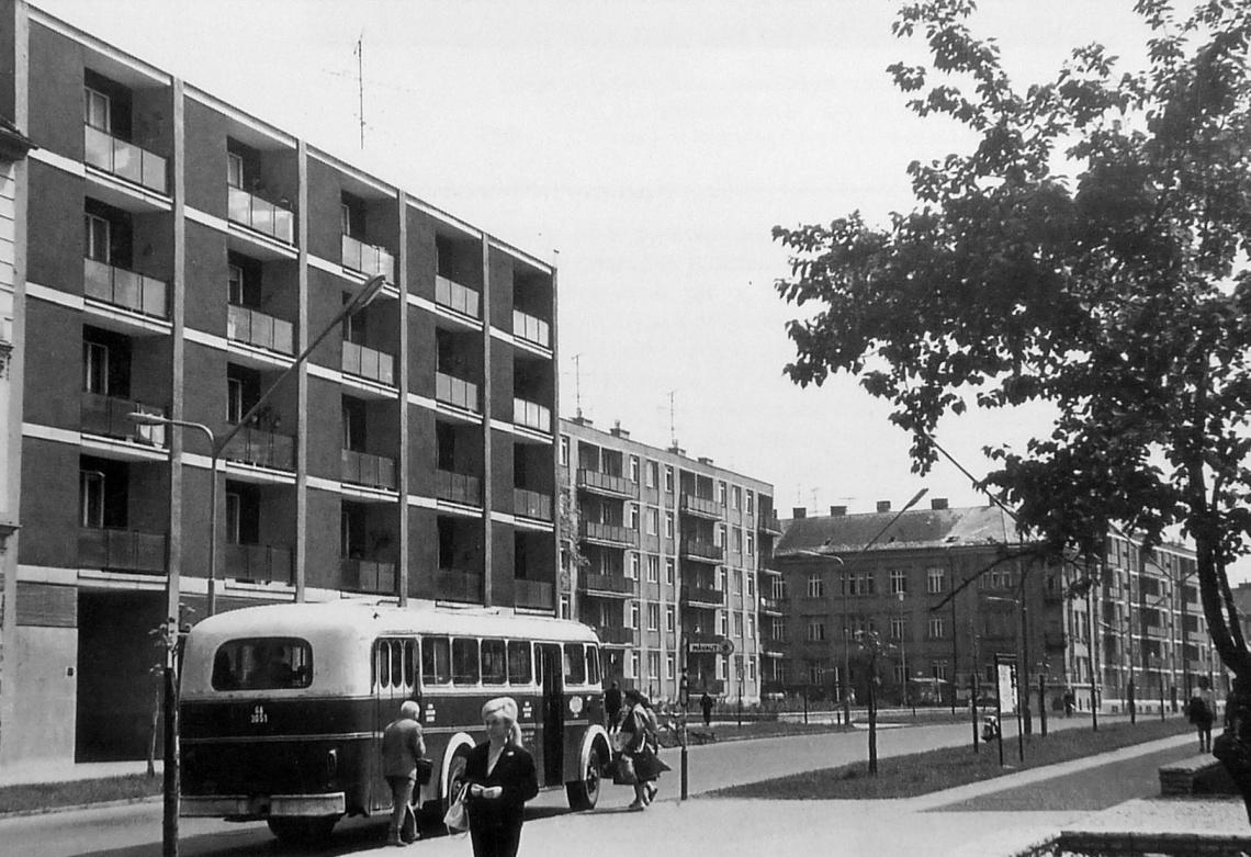 Jellegzetes kép a hatvanas évek második feléből. Az busz mögött az egyetlen egyedi tervezésű lakóépület, középen egy blokkos ház, míg hátul egy 1900-as évek elejéről való épület. (forrás: Winkler-Kurcsis)