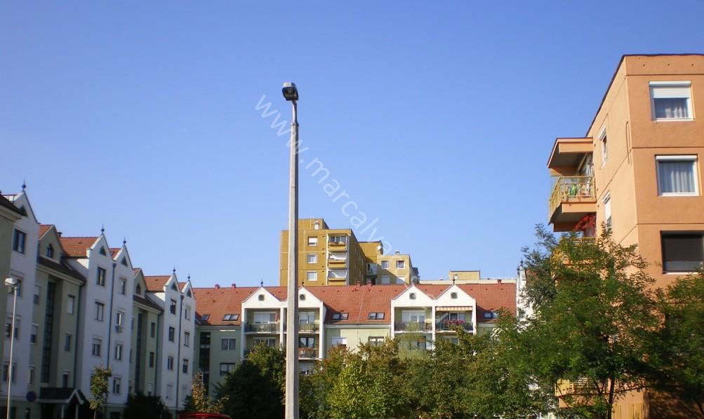 A paneles beépítés a kilencvenes években folytatódott, csak már nem panelekből. forrás: marcalvaros.eu)