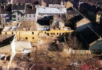 A szanálásra ítélt épületek a színház mögötti tömbből. A zöld erkélykorlátos ház megmaradt. (fotó: Régi Győr)