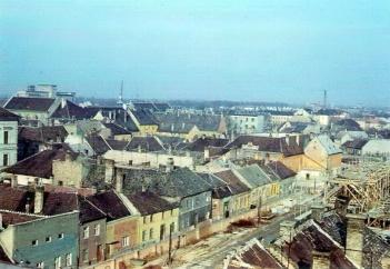 Eredetileg lebontásra szánt, de mégis megmaradó épületek. A kép jobb oldalán már épül a színház, a jobb alsó részen látható ház már az építés közben került bontásra. (fotó: Régi Győr)