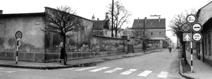 Az egykori Teleki laktanya bontás előtt. (fotó: Fátay könyv)