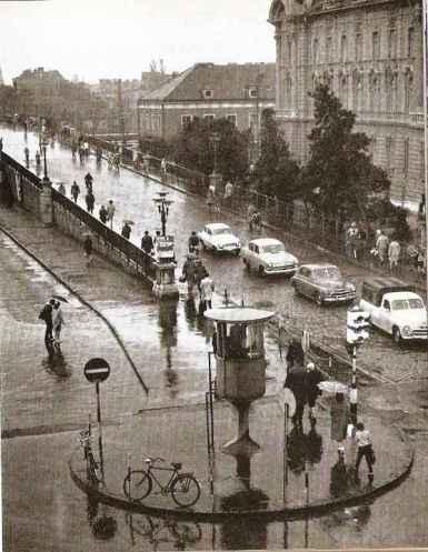 A város legforgalmasabb kereszteződésében a közlekedést a megemelt bódéban ülő rendőr irányította a hatvanas években. (forrás: Régigyőr)