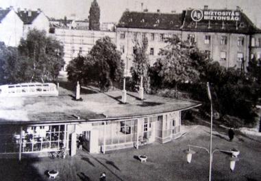 Az épület 1960 körül. Látható, hogy az ablakosztások ekkorra már fehér színt kaptak a korábbi sötét szín helyett. (fitó: Győr, Panoráma útikönyv)