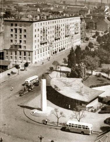 """A pavilon elé az ötvenes években obeliszk épült vöröscsillaggal a tetején. Az épület a háttérben az ún. """"hatemeletes"""". Ugyanezen építész, Lakatos Kálmán 1950 körüli alkotása. Elég nagy a váltás... (Fotó: képeslap)"""
