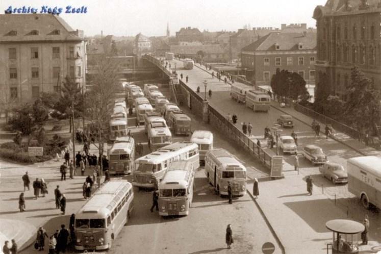 A város buszforgalma itt bonyolódott. Elég nagy zsúfoltság van. (Balra tovább van a pavilon.) (Fotó: képeslap)