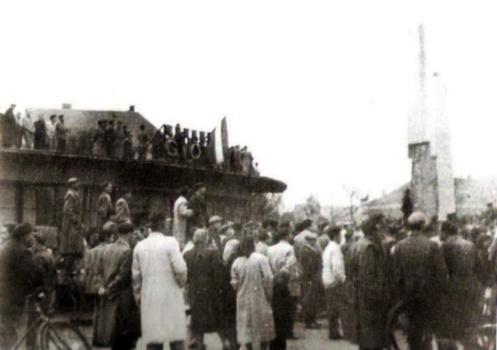 Tüntetés 1956-ban az épület körül. Az obeliszk kicsit megtépázva...