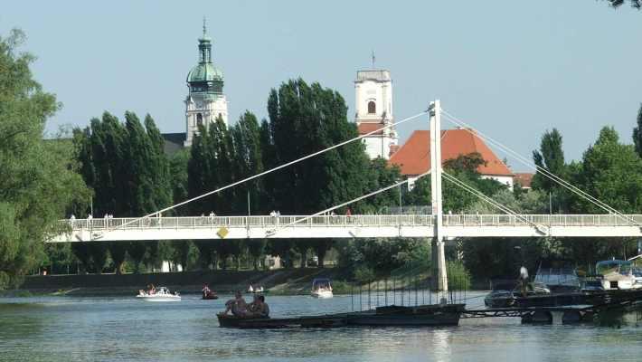 A Kis Erzsébet híd. háttérben a bazilika és a püspöki palota. (fotó: Stuszka Gábor)
