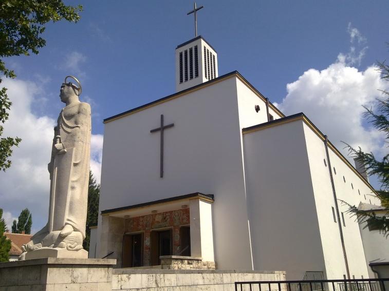 Az előtérben a Szent Imrét ábrázoló szobor. Nagy a kontraszt a képzőművészeti alkotások és az épület formálása között. (fotó: HG)