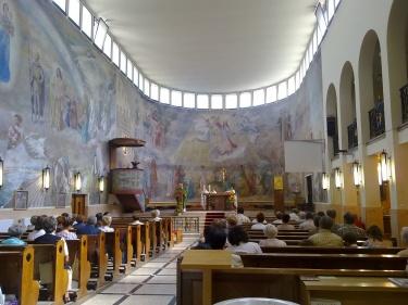 A főhajó belső terét Szőnyi István freskója uralja. (fotó: HG)