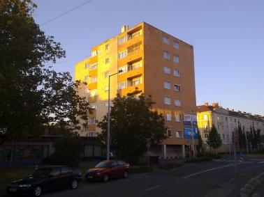 A ház manapság már nem eredeti kék színeivel fürdik a felkelő nap fényében. (fotó: HG)