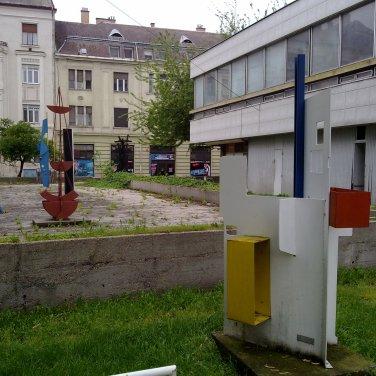 A hátsó terasz és a szoborpark néhány alkotása elhanyagolt állapotban. (fotó: HG)