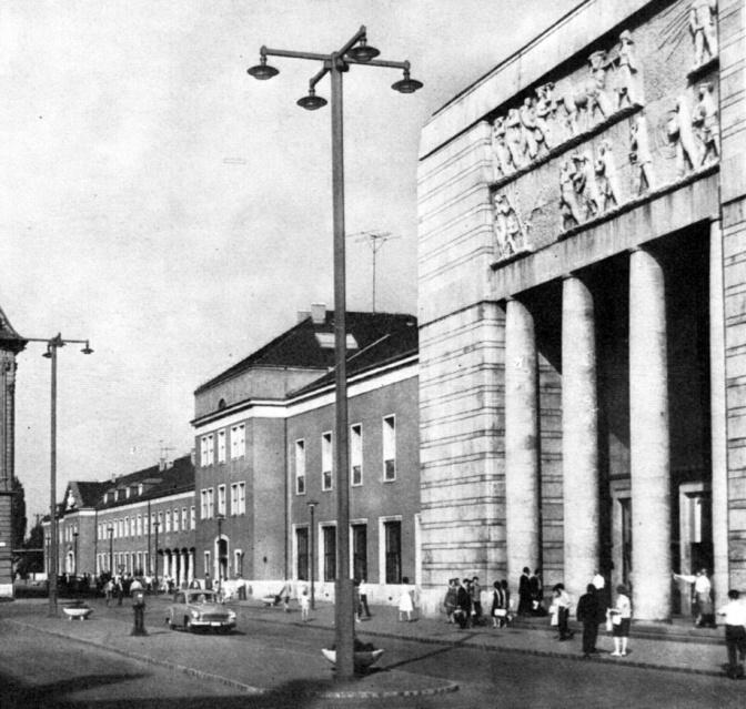 """""""Stadion típusú higanygőz világítás"""" a vasútállomás főhomlokzata előtt. Sajnos már ezek a lámpaoszlopok is eltűntek. (forrás: 700 éves Győr)"""