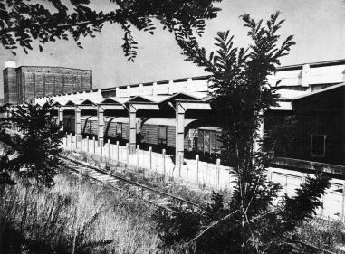 A hűtőházat a hetvenes években a kép előterében látható épülettel bővítették. Vasúti kapcsolat. (forrás: Győri Képesköny)
