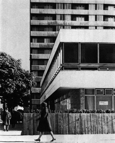 Mögötte a Cserhalmy J. tervezte tízemeltes lakóépület. (forrás: MÉ 1974/1)