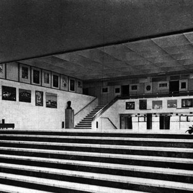 A félszinttel megemelt aula belső tere a galériával, lépcsőkkel. (forrás: MÉ 1974/1)