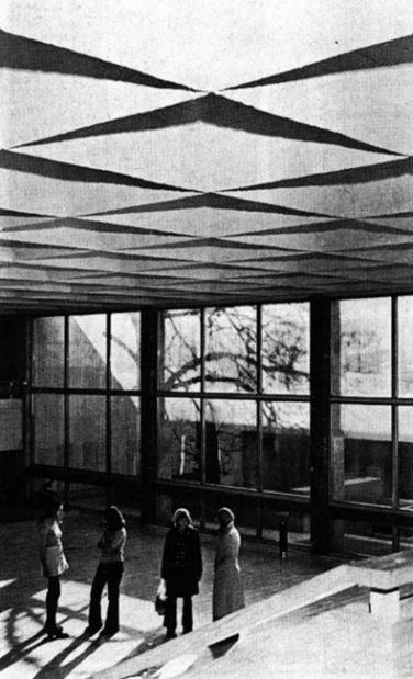 A felülvilágítókkal kialakított tető és kilátás az udvarra. (forrás: MÉ 1974/1)