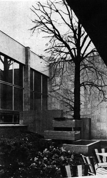 """Az udvar a fával és a """"kis, csörgedező vízmedencékkel"""". (forrás: MÉ 1974/1)"""