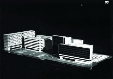 A városközponti irodaház makettje. A későbbi szökőkút helyén még a felvonulási emelvény és az alóla induló aluljáró kijárata található. (forrás: Győriterv kiadvány, 1970 k.)