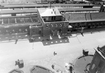 A lebombázott vasútállomás a városháza tornyából fényképezve. (forrás: Fortepan)