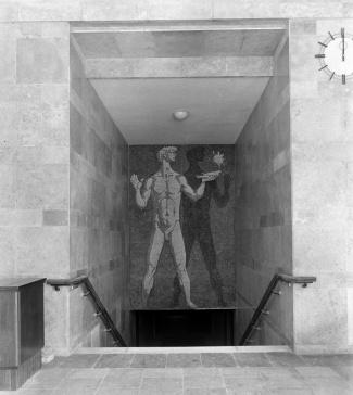 A főépületből a postaépület (és a másik aluljáró) felé vezető lépcső felett található Konecsni György mozaikja. A mozaik még megvan, de a jobb oldalon található szép óra már nem... (forrás: Fortepan)
