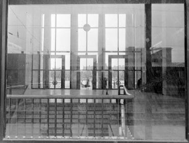 A külső zárt megjelenése miatt csak közelebbről érvényesülnek az egyébként nagyméretű üvegfelületek. (forrás: Fortepan)