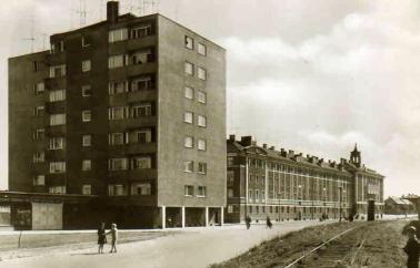 Az épület függőleges hangsúlyként jelenik meg a hosszan elnyúló, néhány évvel korábban elkészült szocreál házak mellett. (Ezeket Lakatos Kálmán tervezte.) (fotó: archív)