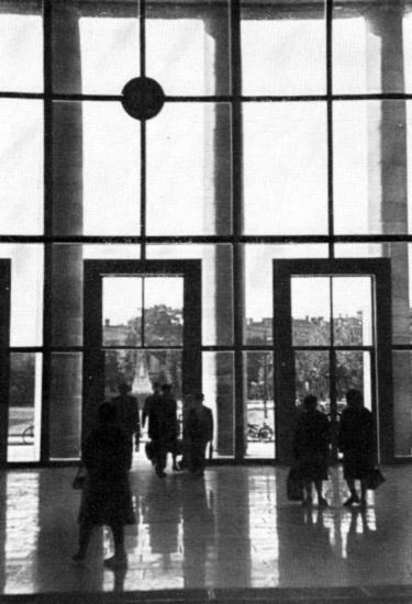 Belülről sokkal nyitottabbnak tűnik az épület. (forrás: Győri képeskönyv)