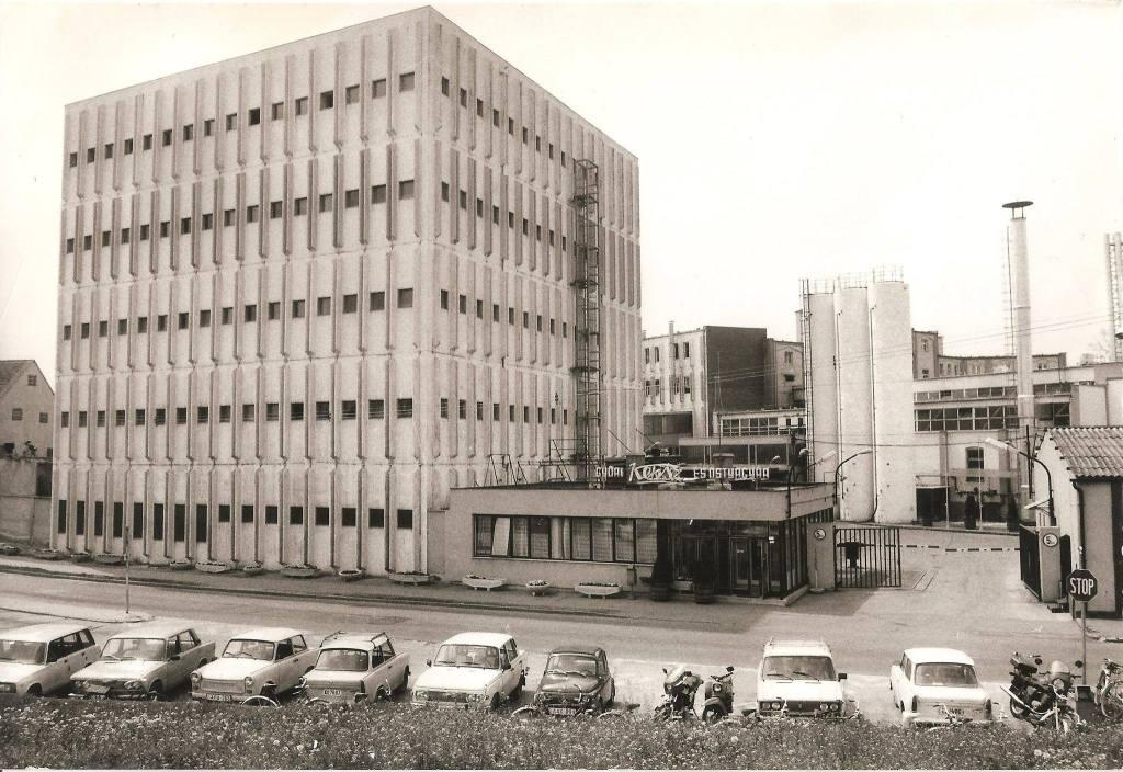 A gyár még működő bejárata a beton-kocka mellett. (forrás: Régi Győr)