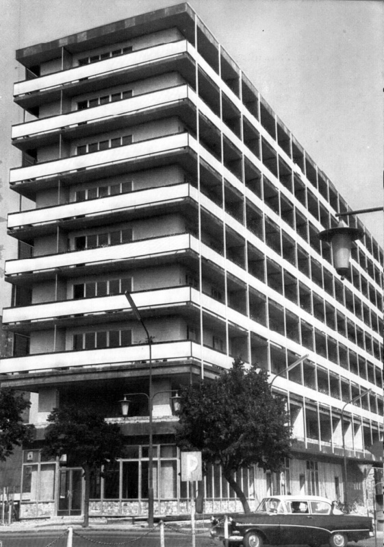 Befejezés előtt. A két alsó szinten irodák, felettük 91 lakás. (képeskönyv, 1965)