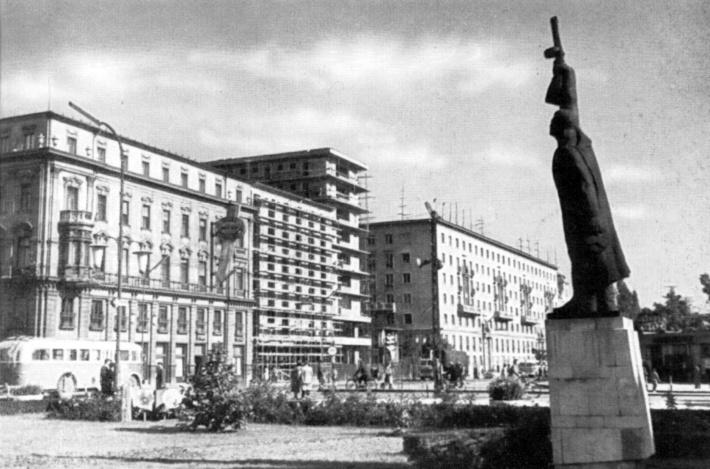 """Épült a Rába (Vöröscsillag) Hotel bővítése és a """"nyolcemeletes"""" lakóház 1964 körül. Mögöttük az 1954-re elkészült """"hatemeletes"""". (Győri Képeskönyv, 1965)"""