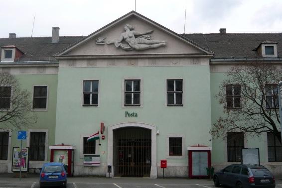 A postaépület bejárata jóval szerényebb, mint a vasútállomásé. A Vas Dénes tervezte épületrész 2010-ben részleges felújításra került. (fotó: HG)