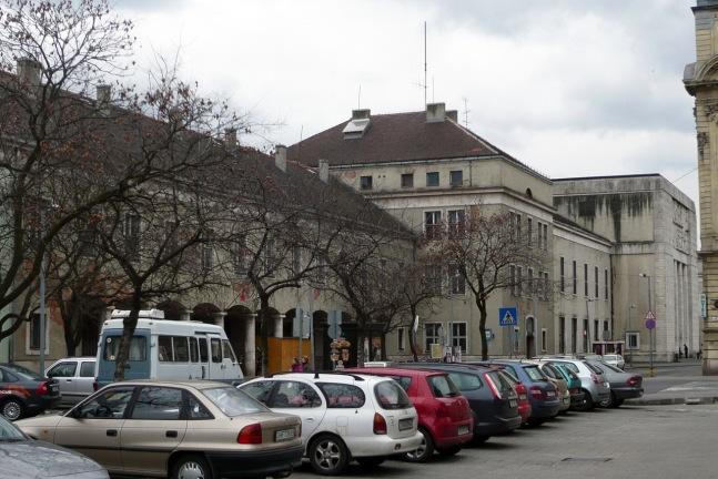 Az épület hosszú tömege két városi tömbön keresztül nyúlik el.