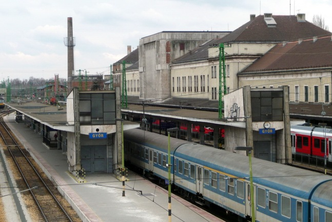 A perontetők Budapest felőli oldalához kőburkolatú épületek is kapcsolódnak, amelyekben a posta teherliftjei találhatók, kapuként fogadva az érkező vonatokat. (fotó: HG)