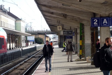 """A kép bal oldalán látható peron teteje az eredeti forma szerint építették fel, míg az """"A"""", """"B"""", """"C"""" peron tetői később, már az archaizálástól mentes hatvanas években készültek el. (fotó: HG)"""