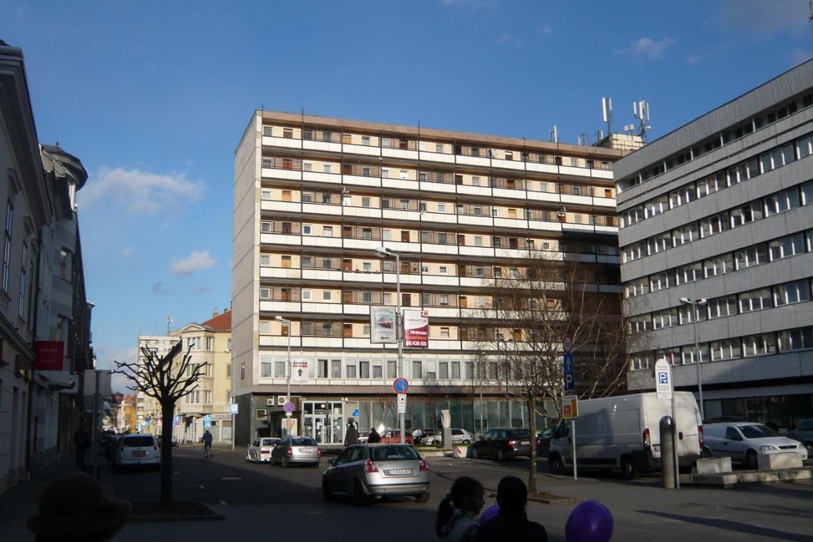 2012. Az északnyugati bütüfal utólagos hőszigeteléssel (alatta mészkőburkolat), és egy újonnan vágott ablakkal... (fotó: HG)