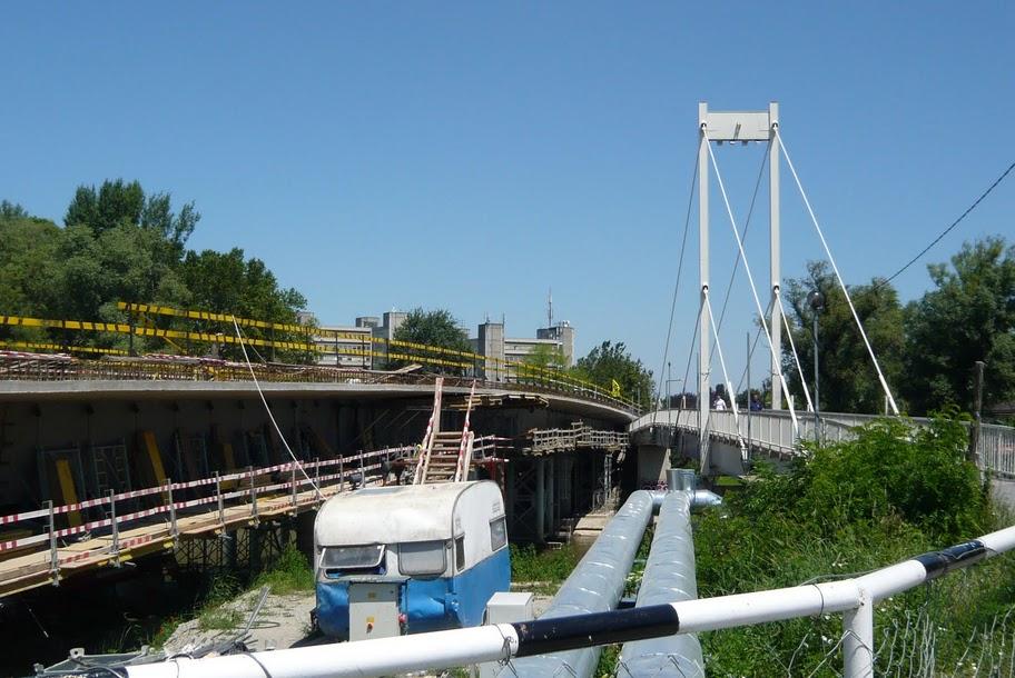 A régi híd állt, miközben az új épült 2010-ben. (fotó: HG)