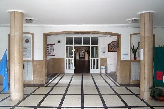 A belső tér is kiegyensúlyozott formálású, kivéve talán a túl hangsúlyos padlóburkolatot.