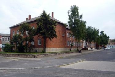 A főhomlokzat két végét egy-egy előreugró épülettömeg zárja le. (fotó: HG)