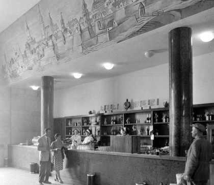 A kávézó pultja felett a győri várat ábrázoló murália. (forrás: Régigyőr)