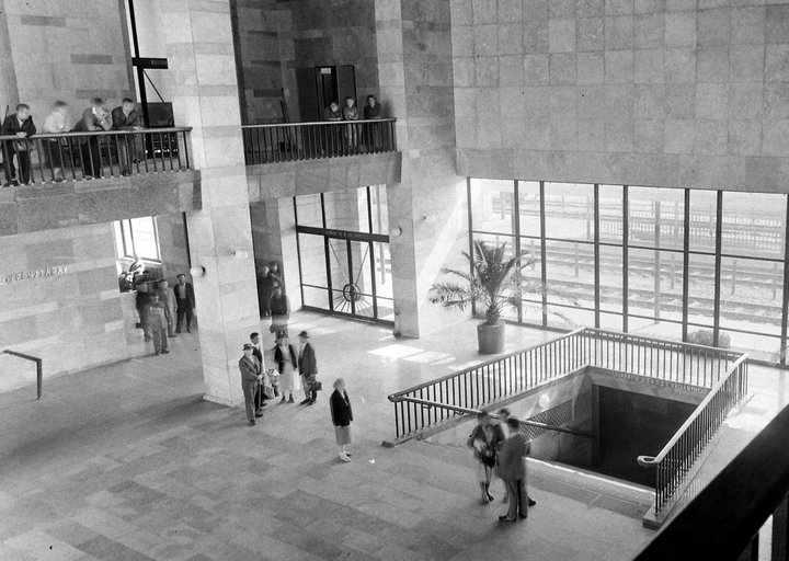 A belső tér ezen a fényképen is meglehetősen nagyvonalúnak és szocreál díszítéstől mentesnek látszik. (forrás: Fortepan)