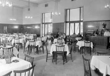 Az épületben egykor étterem is működött, ma üzlet van a helyén. (forrás: Fortepan)