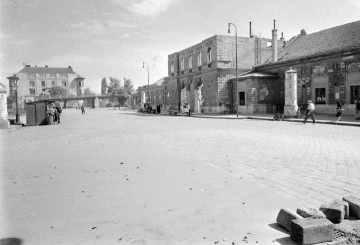 A vasútállomásnak szinte csak a külső falai maradtak meg a bombázás után. (forrás: Régigyőr)