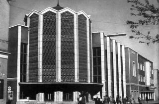 A Rába filmszínházat Lakatos Kálmán vázlatai alapján Harmati János tervezte. (fotó: Győri képeskönyv, 1965)
