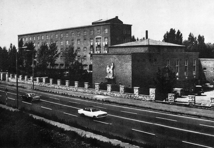 Az Iskola épült látványa Budapest felől érkezve. (forrás: 700 éves Győr képeskönyv(