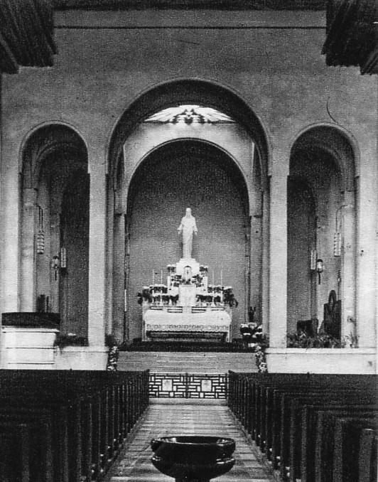 A templom belső tere a két világháború között. (fotó: archív)