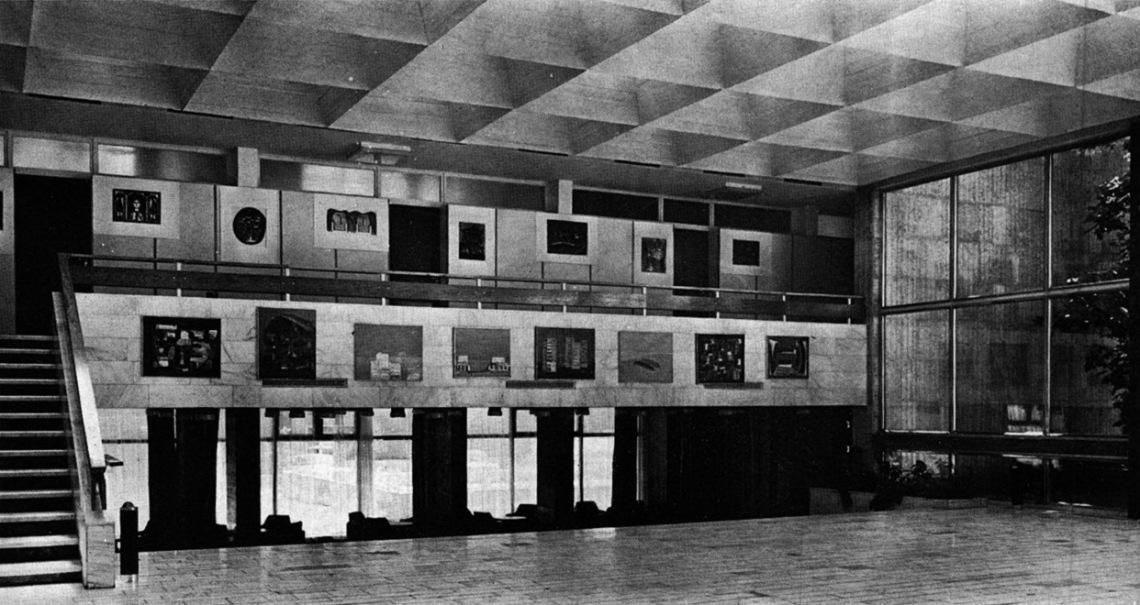 A félszinttel megemelt aula belső tere a galériával. (forrás: MÉ 1974/1)