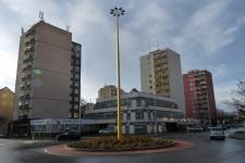 A 11 szintes panelházak között alacsonyabb beépítésű szolgáltatóépületek. (fotó: HG)
