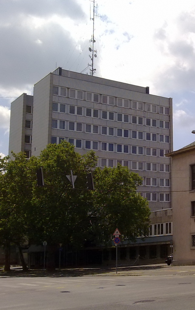 A rendőrség modern tízemeletes épülete.